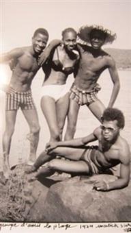 groupe d'amis sur la plage by malick sidibé
