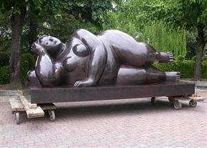 donna sdraiata by fernando botero