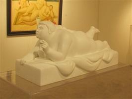 donna sdraiata con pallina by fernando botero