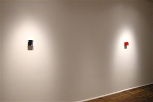<font color=ffffff>l</font>installation view of stuart arends' 'pearl', 2002-2003 and 'tommy', 2002-2003 by stuart arends