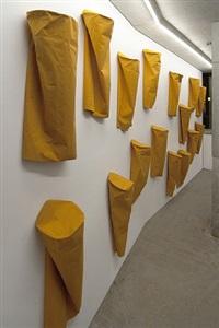 24 gelbe säulen / 24 yellow columns by franz erhard walther