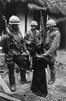 marine with north vietnamese prisoner, hue, vietnam 1968 by don mccullin