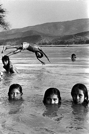 mexico. state of guerrero. village of san augustin de oapan. children bath and play in the rio balsas. 1985. by abbas