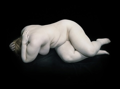 bodies: elizabeth with hand on shoulders by nadav kander