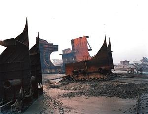 shipbreaking #9a, chittagong, bangladesh by edward burtynsky