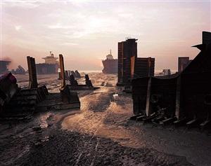 shipbreaking #13, chittagong, bangladesh by edward burtynsky
