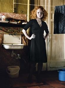 robe noire #2, portrait de anastasia aseeva, saint-pétersbourg, russie by françoise huguier
