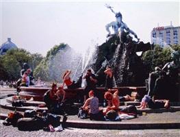 reisende vor neptunbrunnen by römer and römer