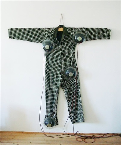 ton-anzug / tonraumskulptur - sound suit / soundspacesculpture by bernhard leitner