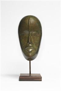 masque en cuivre repoussé et patiné brun-vert sur socle en palissandre / repoussé copper mask with green brown patina by maurice pierre andre daurat