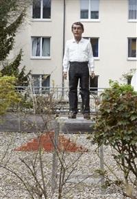 mann in weißem hemd und schwarzer hose by stephan balkenhol