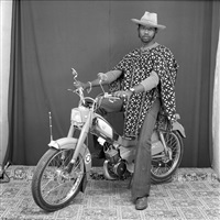 le faux cow boy à mobylette by malick sidibé
