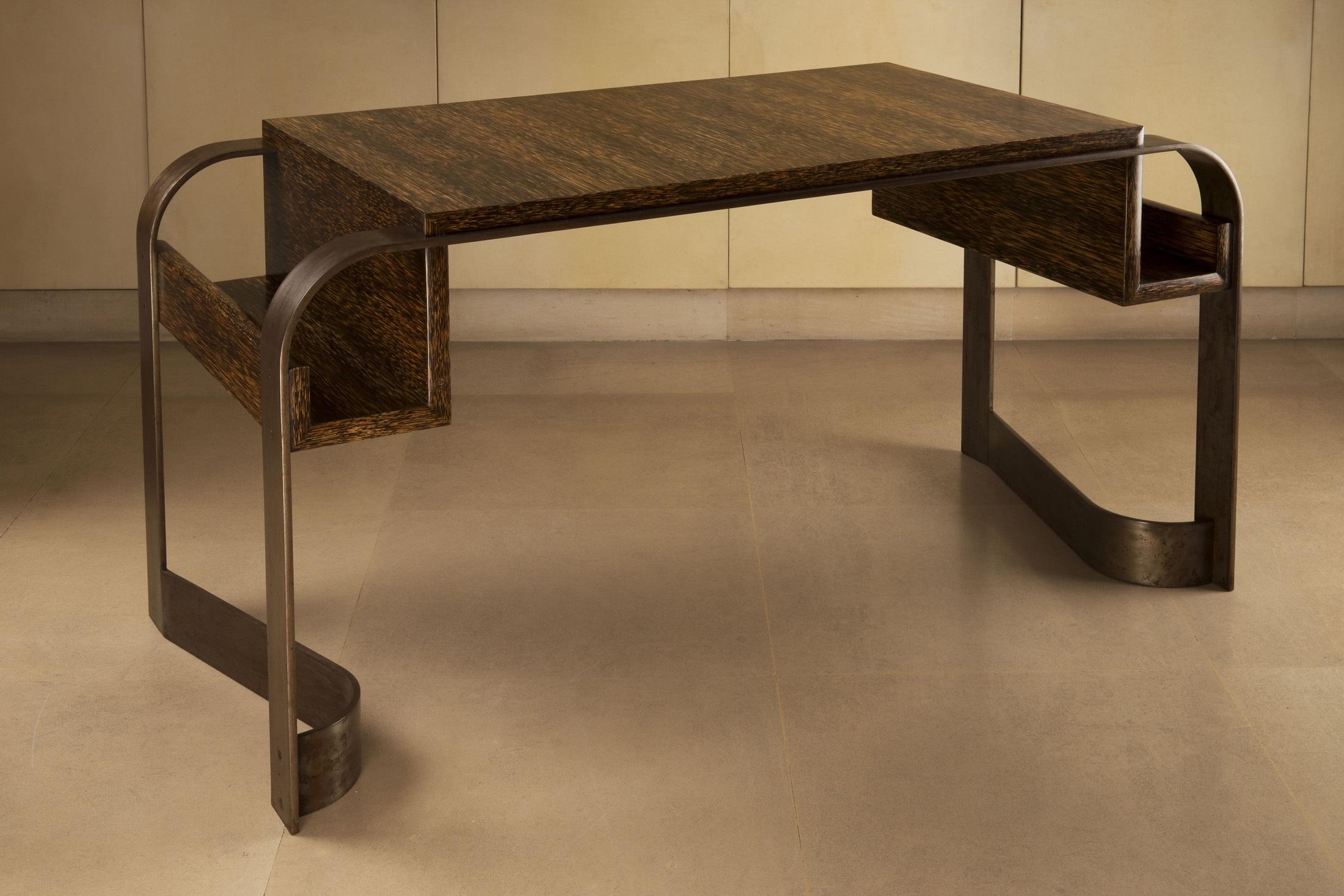 Bureau en bois de palmier reposant sur une armature en métal à