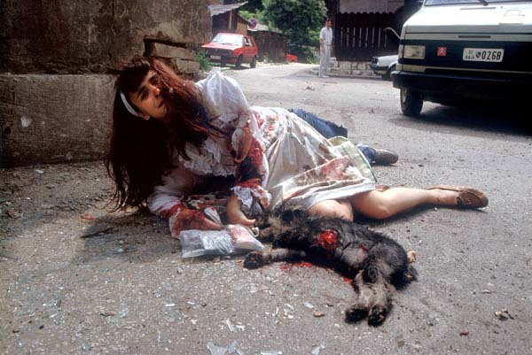 Biljana Yrhovac wounded by a shell, Bosnia /Luc Delahaye, 1992(圖片來源:artnet)